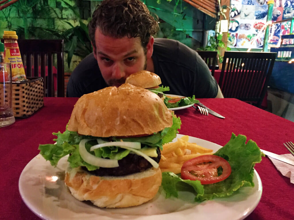 Cheeseburger bij Smokey BBQ in Mui Ne, Vietnam - It's a Food Life