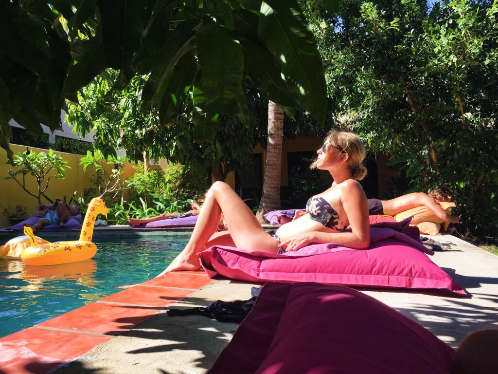 Aan het zwembad in Mui Ne, Vietnam - It's a Food Life