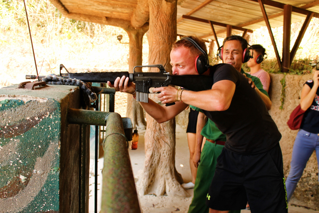 Job schieten bij cu chi tunnels, Vietnam - It's a Food Life