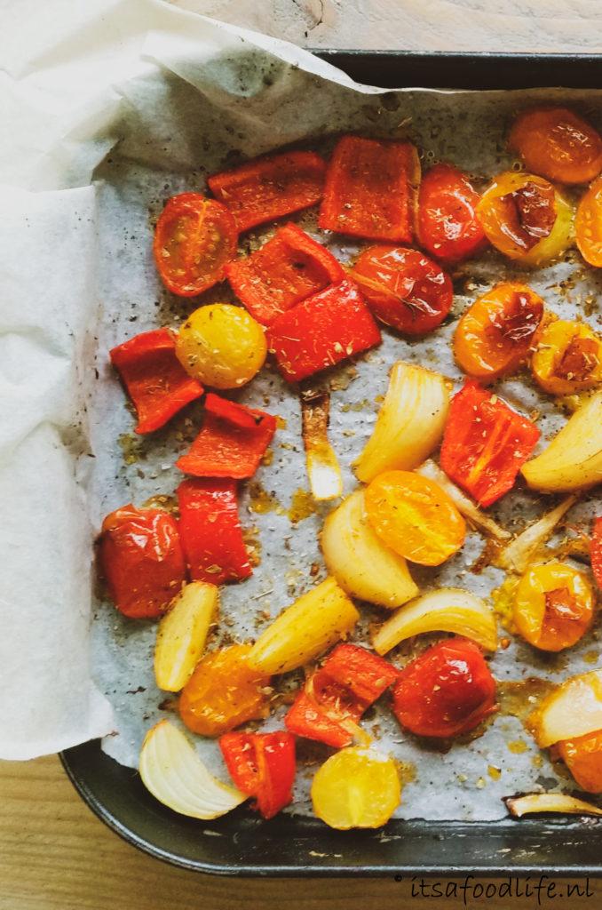 Aardappels uit de oven met geroosterde groentes en halloumi | It's a Food Life