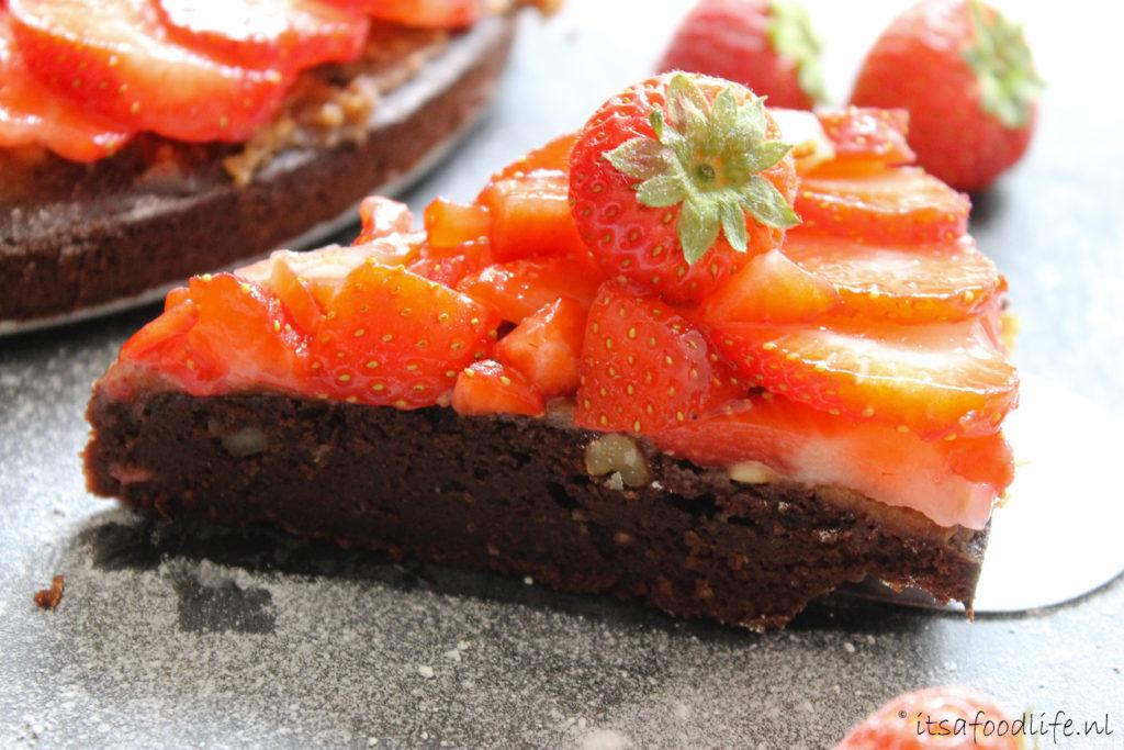 Chocoladetaart met salted karamel en aardbeien | It's a Food Life