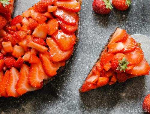 Chocoladetaart met salted karamel en aardbeien   It's a Food Life