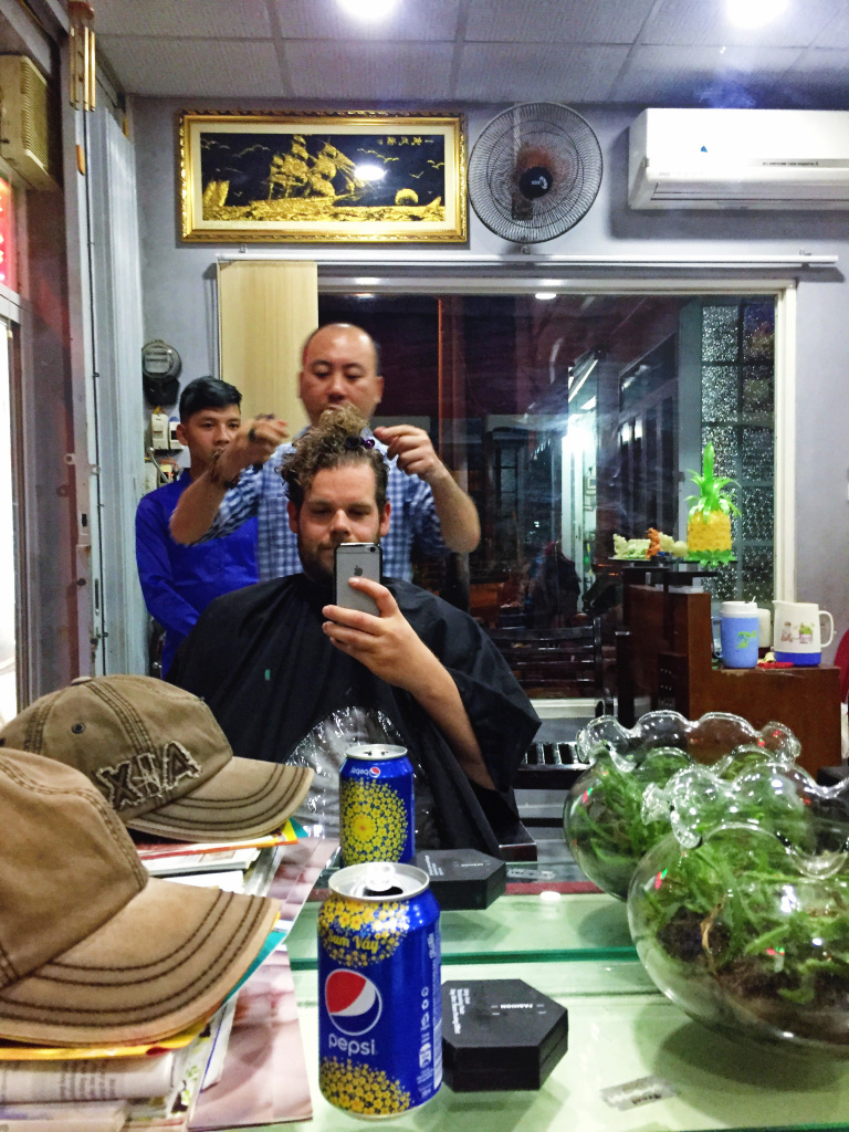 Chris bij de kapper in Can Tho, Vietnam - It's a Food Life