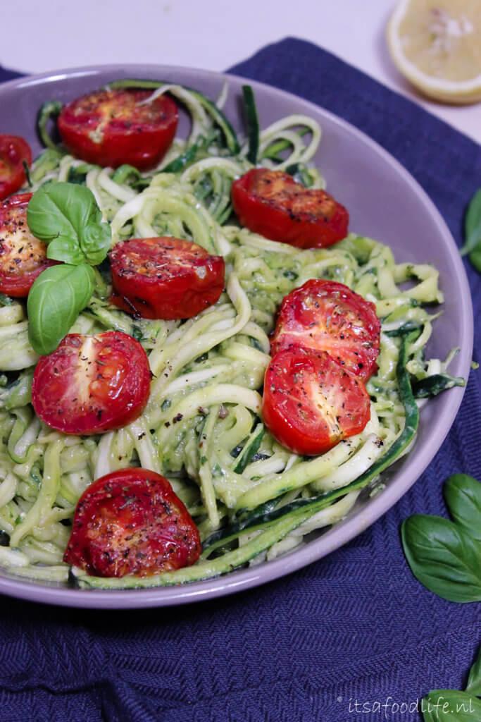 Recept voor courgetti met avocado roomsaus en geroosterde tomaat | It's a Food Life