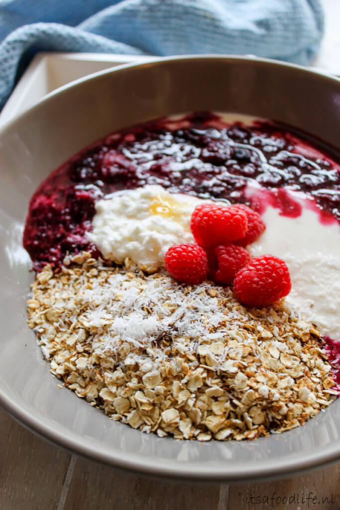 Geroosterde havermout ontbijt met yoghurt en vruchtensaus- It's a Food Life