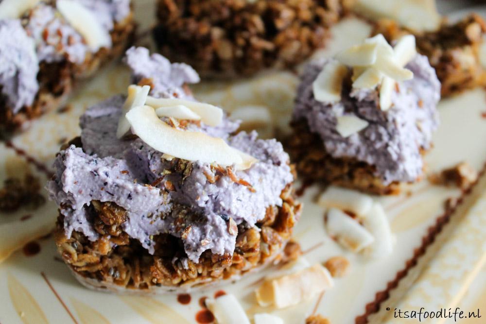 Granola ontbijt taartjes met cashew bosbessen spread   It's a Food Life
