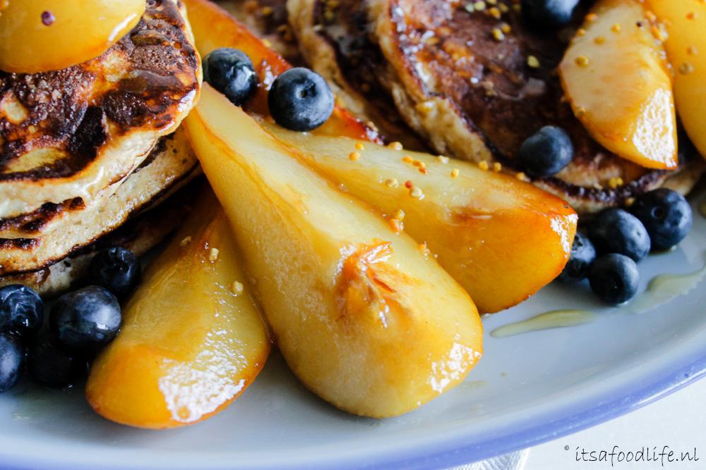 Recept voor havermout pannenkoekjes met peer en blauwe bessen | It's a Food Life