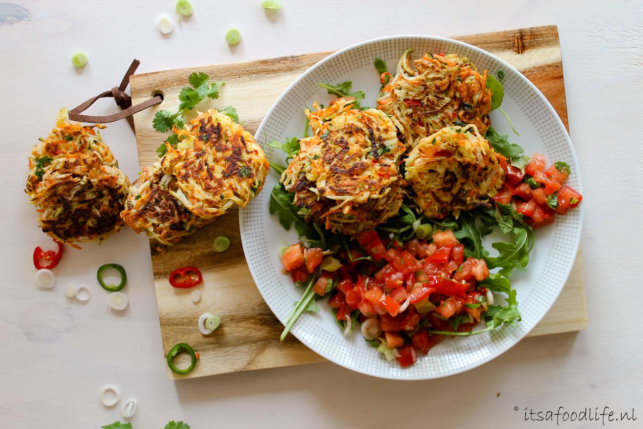 Koolrabi en wortel fritters met jalapeno tomaten salsa| It's a Food Life