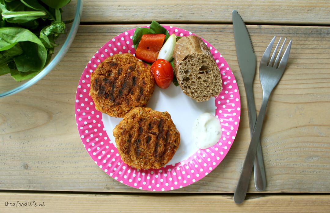 Vegetarische BBQ: pittige quinoa-linzenburger van de BBQ | It's a Food Life