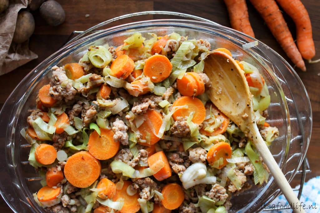 Ovenschotel met gehakt, aardappels, prei en wortel | It's a Food Life