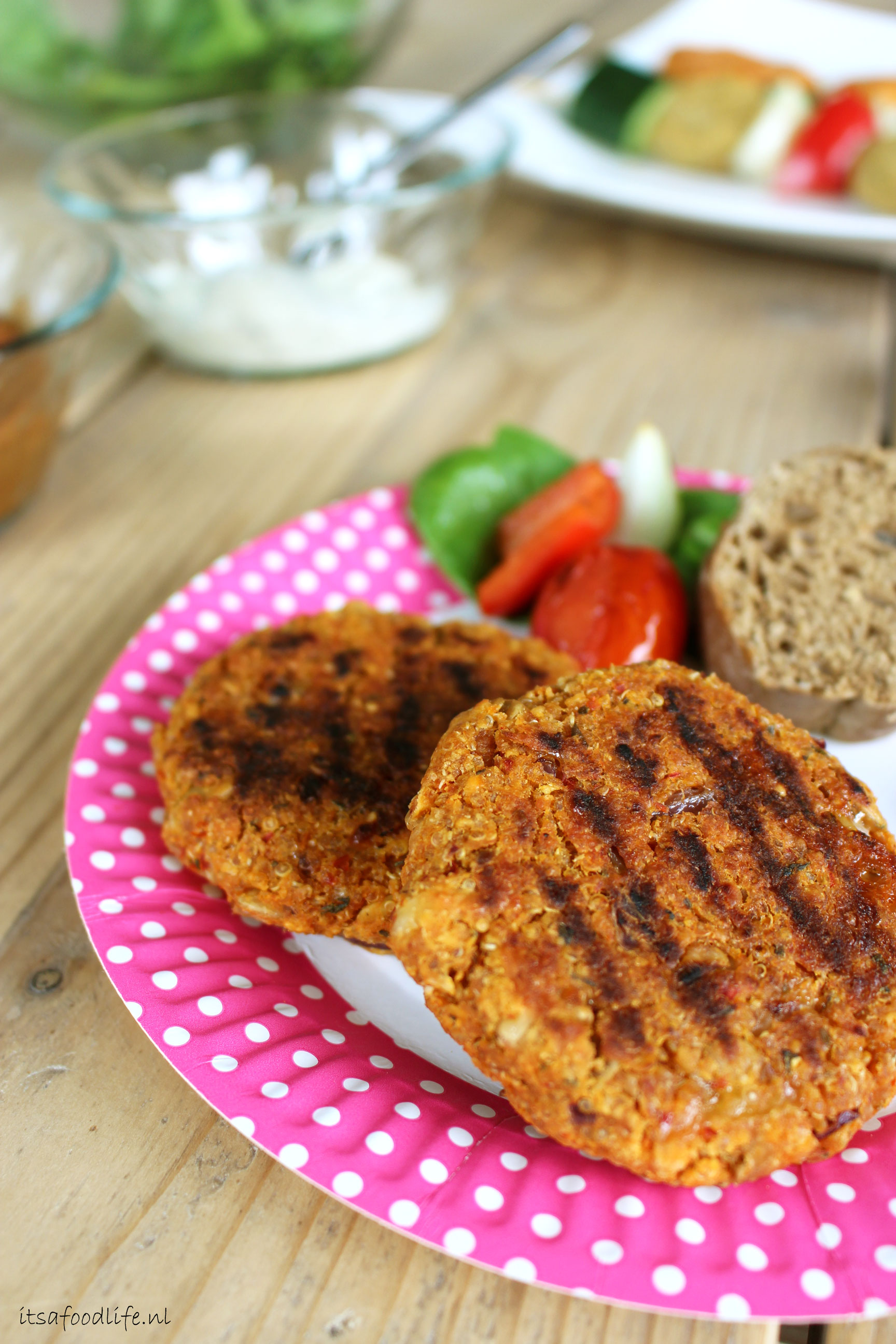 Pittige quinoa-linzen burgers | It's a Food Life