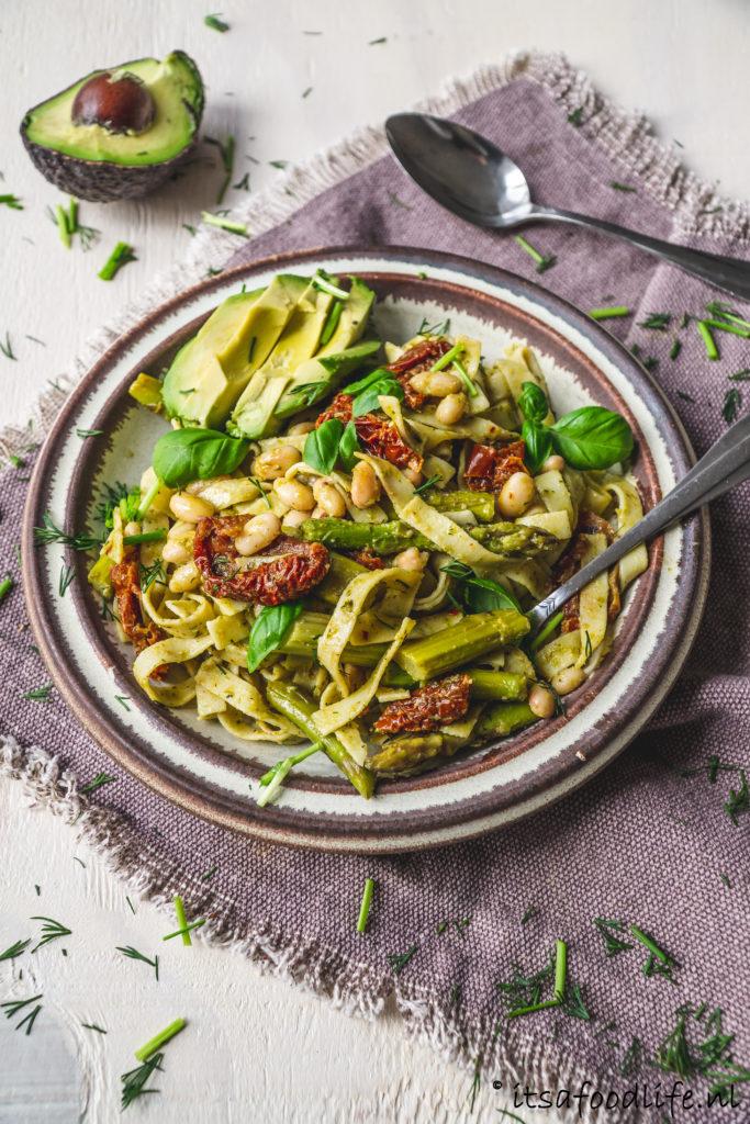 Vegan tagliatelle met avocado en groene asperges | It's a food life