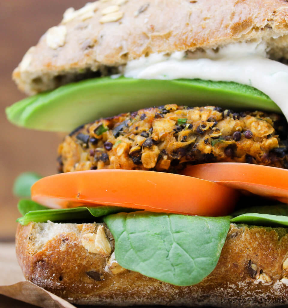 Veggie Burgers met gegrilde courgette en feta-knoflooksaus | It's a Food Life
