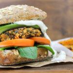 Het recept voor Veggie Burgers met gegrilde courgette en feta-knoflooksaus | It's a Food Life