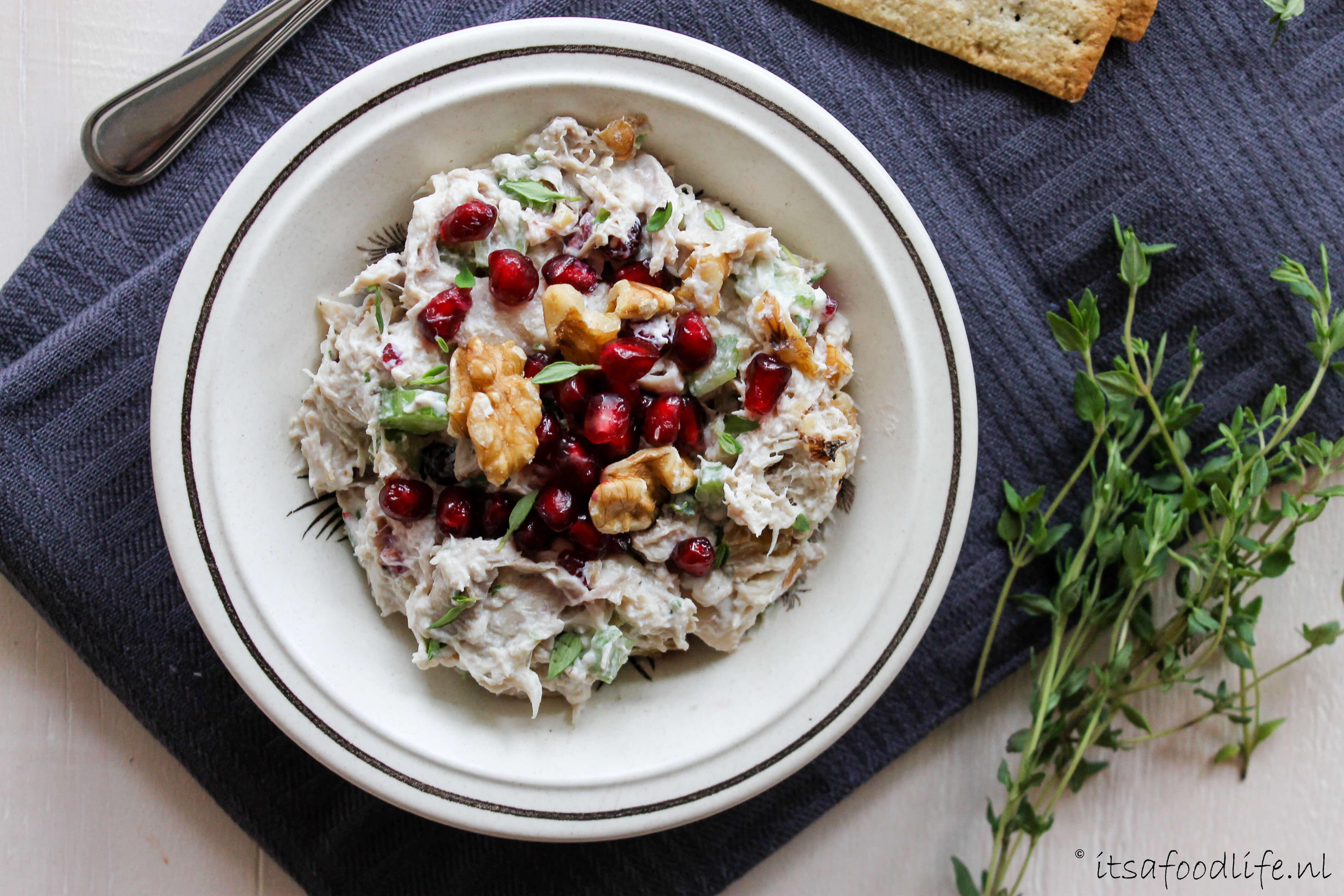 Recept vor zelfgemaakte kipsalade met granaatappel pitjes en walnoten || It's a Food Life