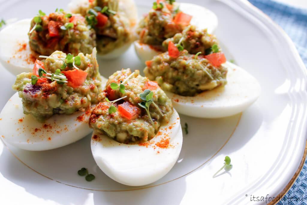 borrelhapje gevulde guacamole eitjes - It's a Food Life