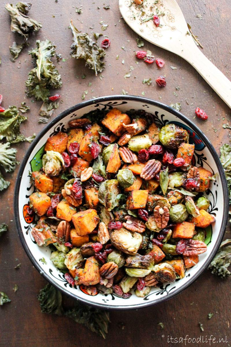 Recept. Herfstsalade met geroosterde pompoen en spruitjes. Maar ook met pecannoten, cranberries en boerenkool chips! | It's a Food Life