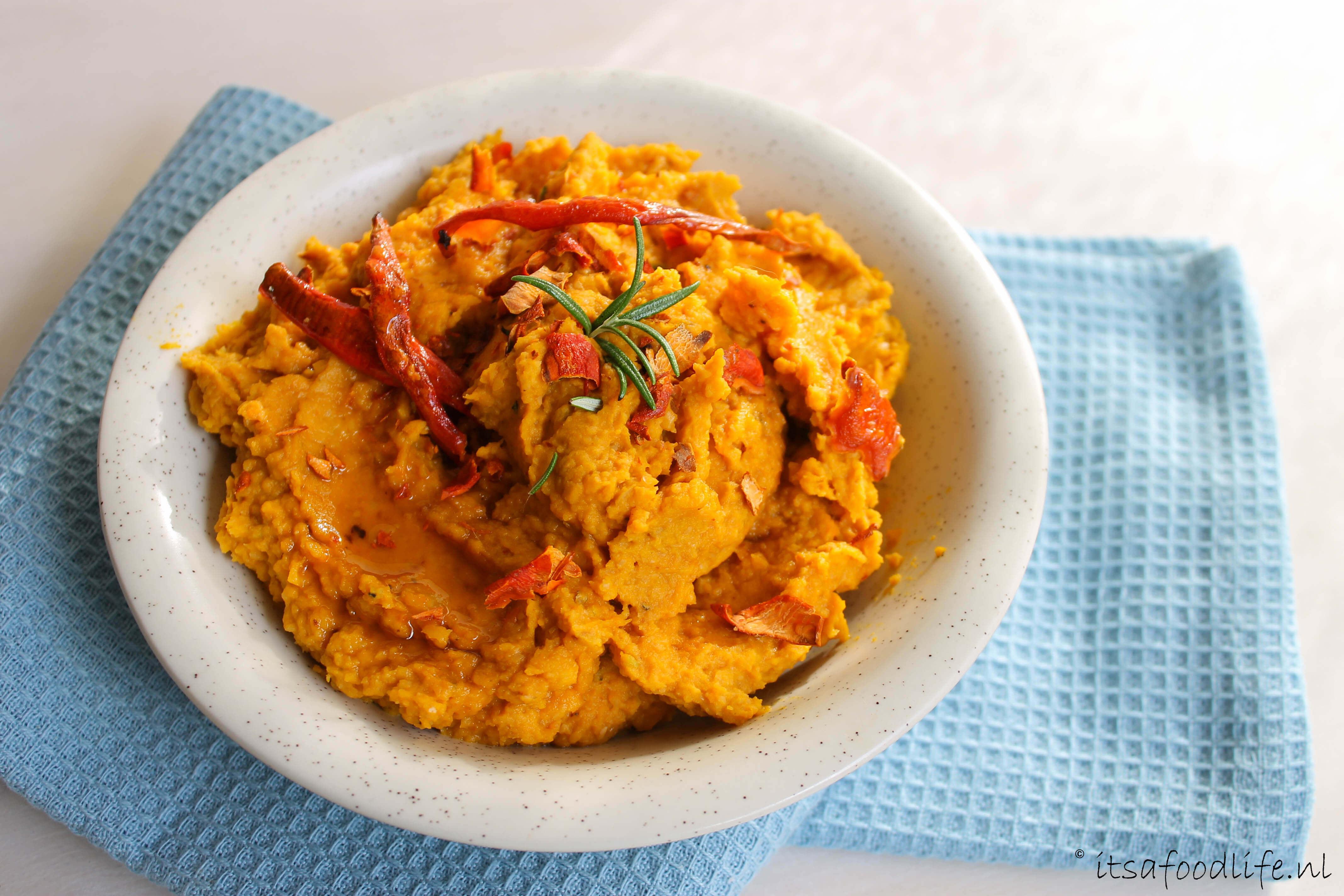 pompoen hummus met geroosterde knoflook en pompoenchips | It's a Food Life