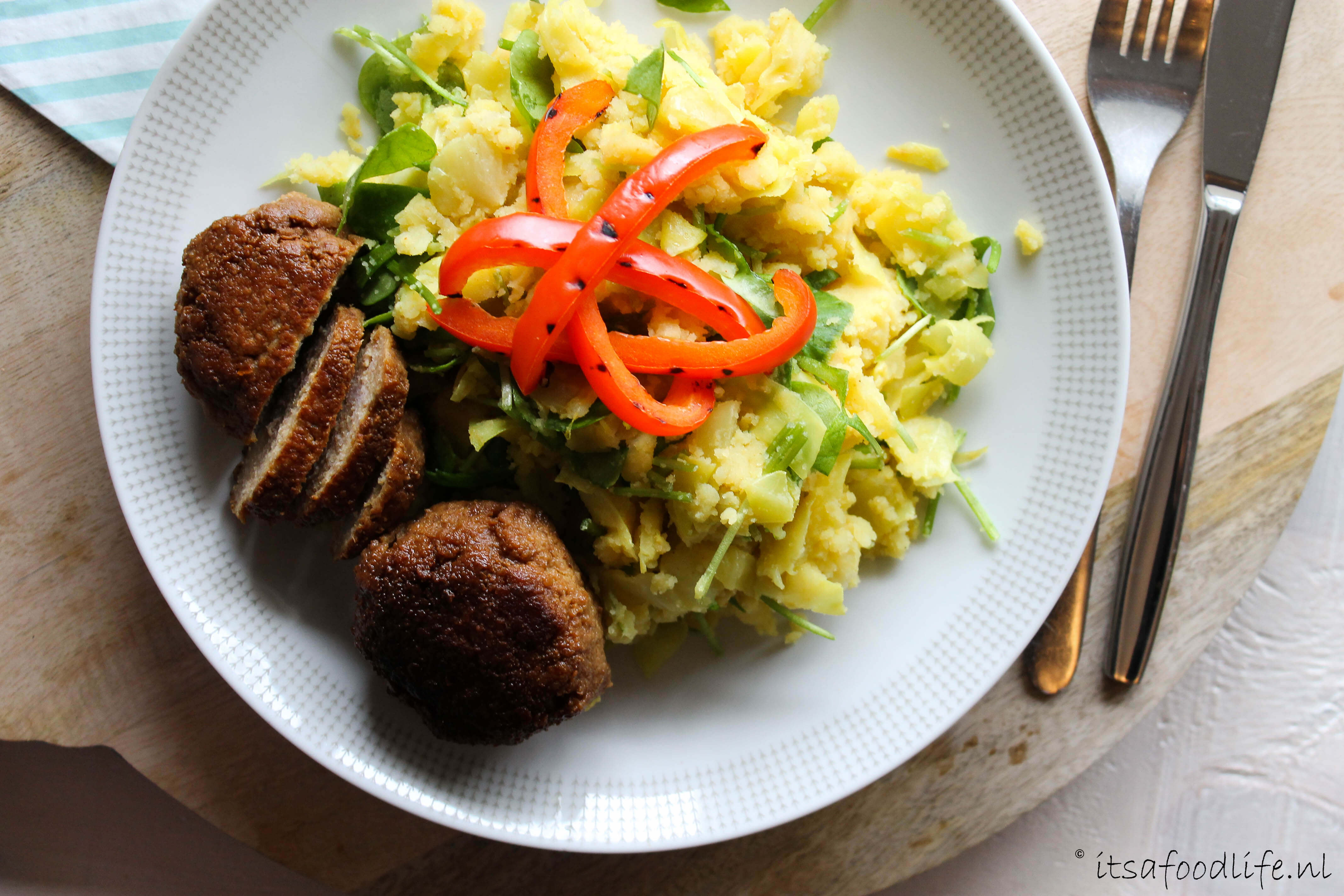 spitskoolstamppot met winterpostelein en gehaktballen | It's a Food Life