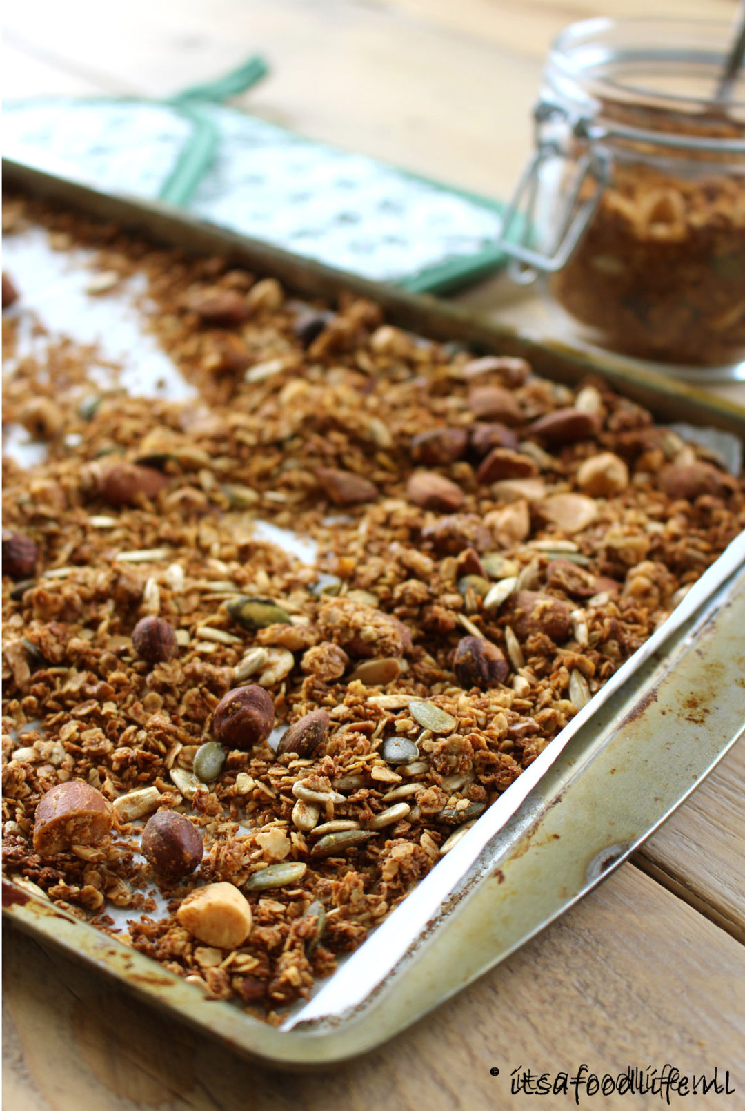 zelfgemaakte noten granola | It's a Food Life